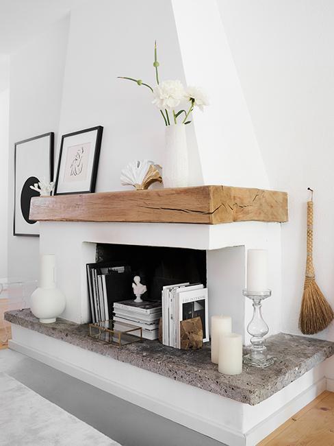 Salon rustique avec cheminée blanche, poutre en bois, et objets décoratifs