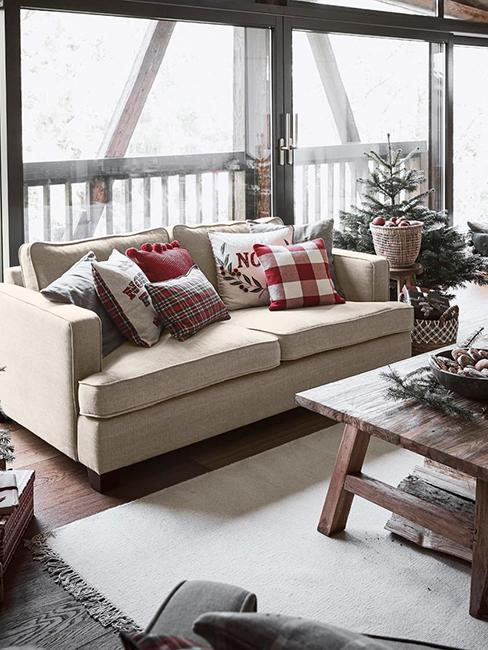 Salon style rustique avec canapé beige et décorations de Noël dans un chalet