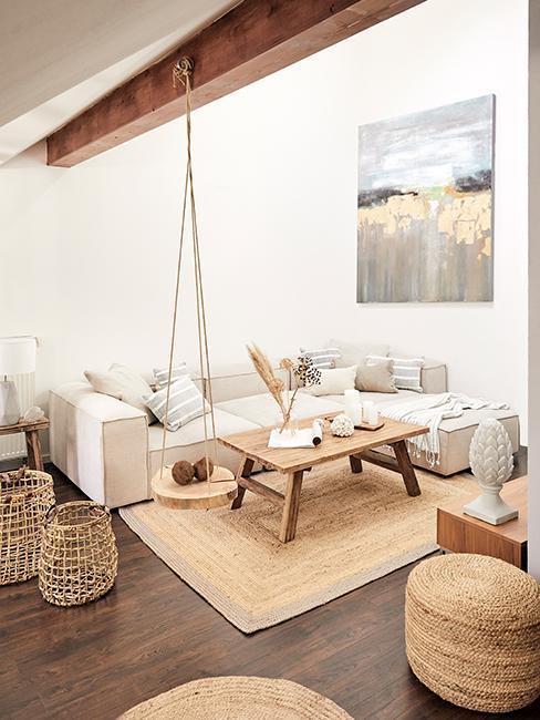 Salon avec canapé blanc, tapis en jupe, pouf et panier en osier, balancoire en bois