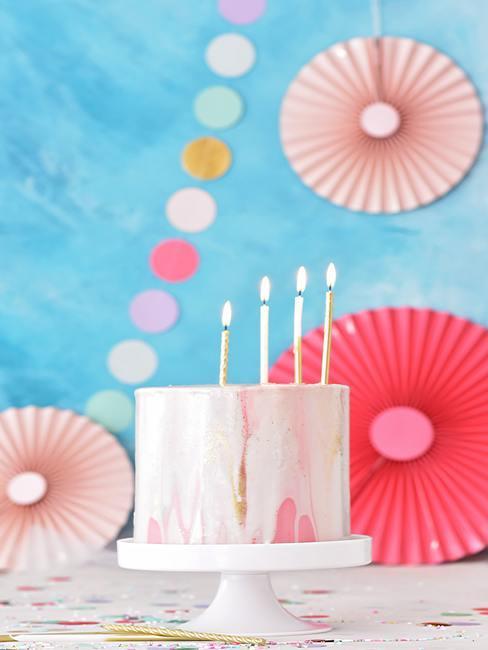 gateau rose clair avec décoration d'anniversaire