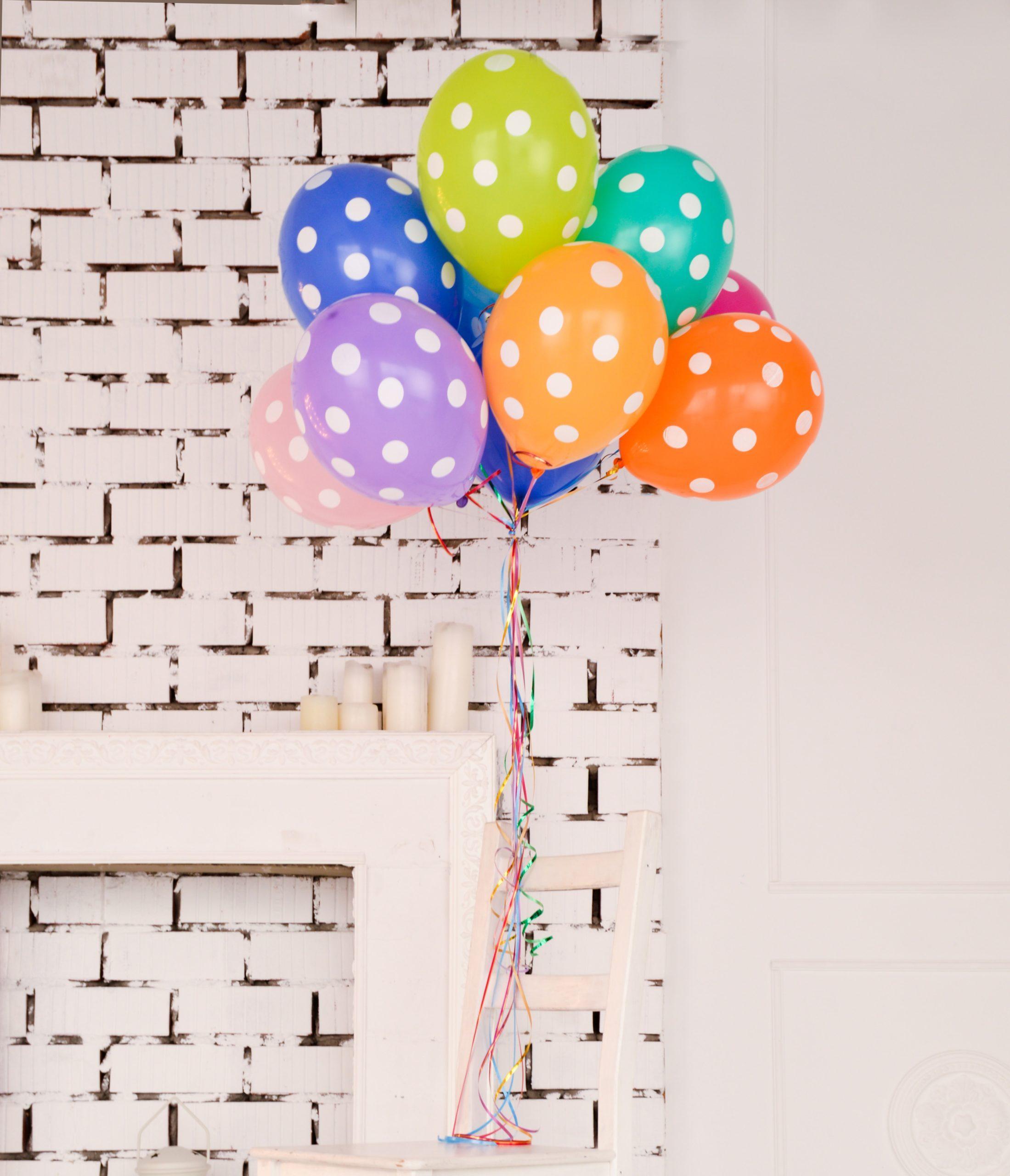 Ballons multicolores à pois