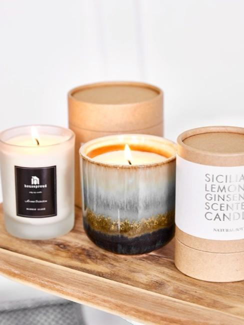 Bougies aromatiques placées sur une étagère en bois
