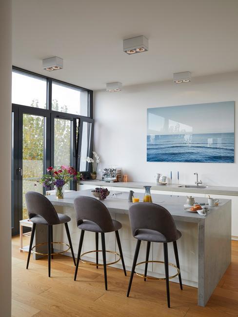 chaises hautes grises devant plan de travail blanc cuisine