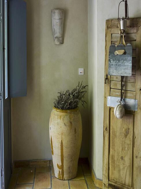 hall d'entrée rustique avec grand vase/pot et détails en bois