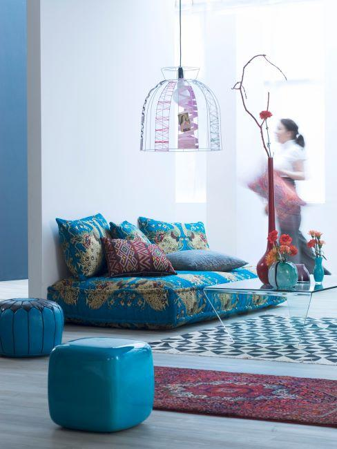 tapis et poufs, coussins colorés