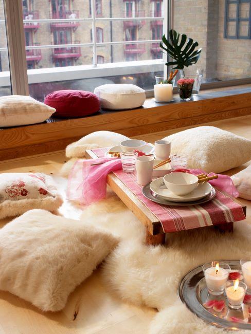 décoration orientale, fourrures et coussins de sol, bougies et tables basses