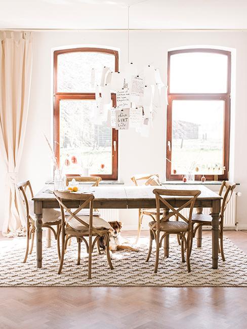 Salle à manger style champêtre avec table et chaises en bois