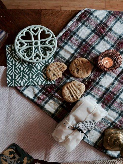 Nappe à carreaux avec biscuits et torchons blancs