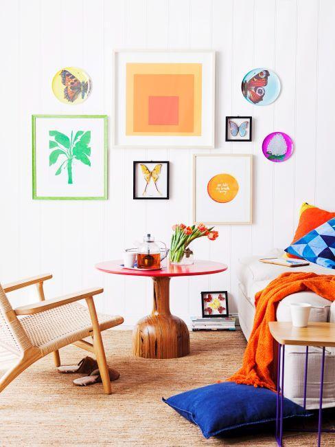 Impressions encadrées multicolores sur mur blanc et plaid orange