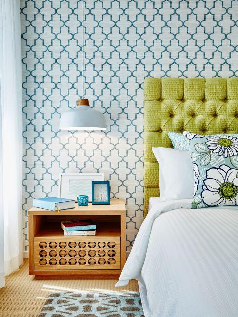Chambre à coucher avec tête de lit verte papier peint et suspension bleu pastel