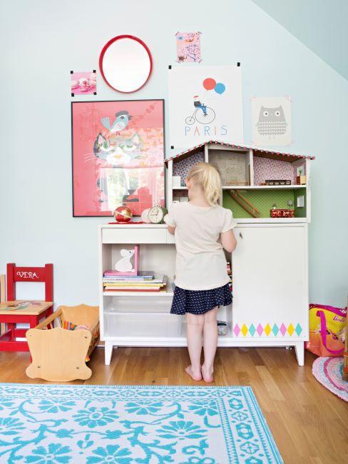 Petite fille jouant dans son coin jeux