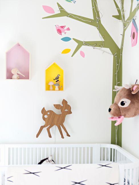 Chambre enfant avec les murs décorés de stickers muraux