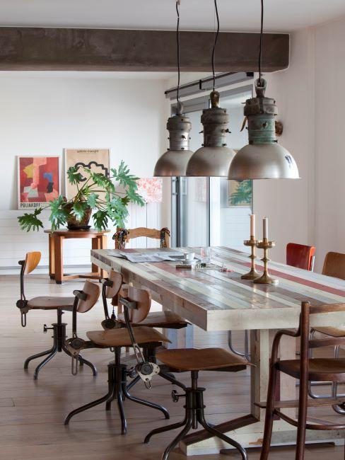 Trois lampes industrielles; grande table en bois et chaises vintages