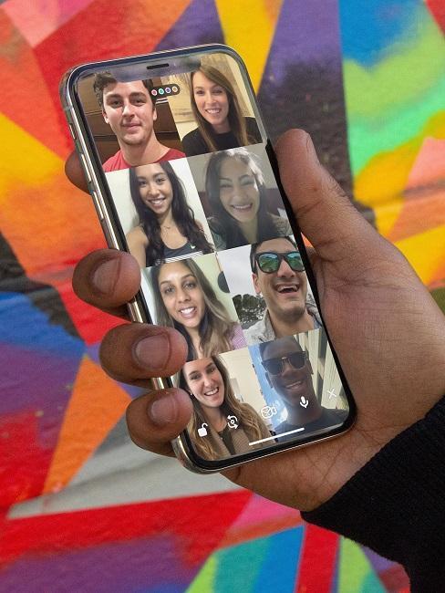 Téléphone en main avec appel vidéo avec 8 personnes