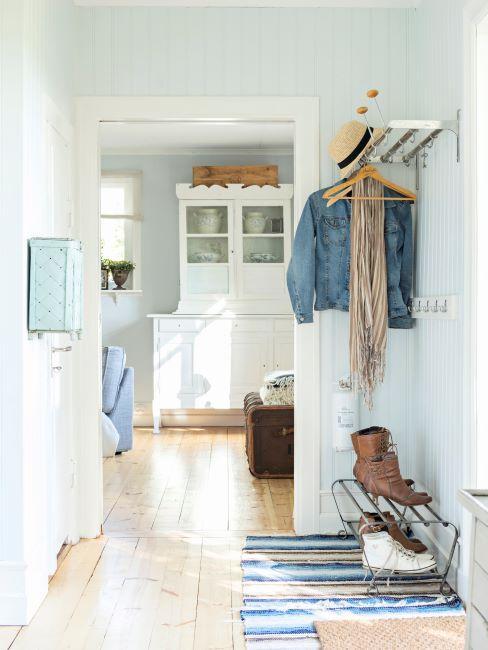 entrée style rustique avec tapis rayé, porte-manteau et vitrine blanche
