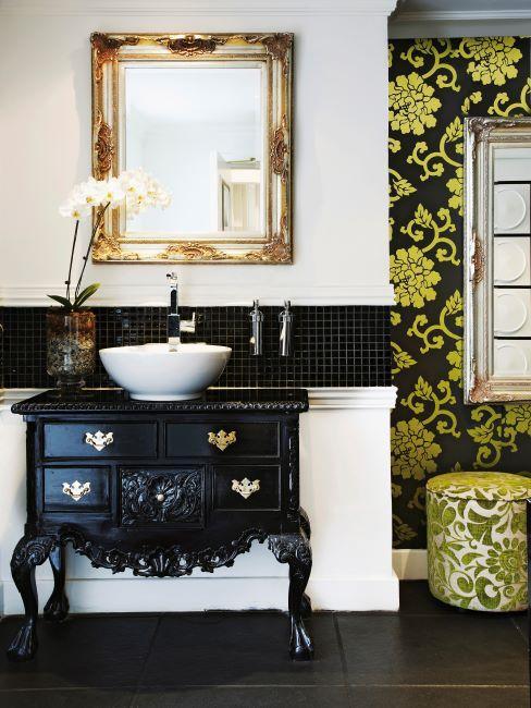 Salle de bains style baroque avec meuble commode noir et tapisseries noir-dorées