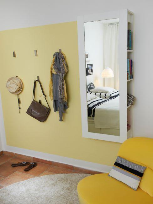 couloir avec mur jaune citron et miroir blanc