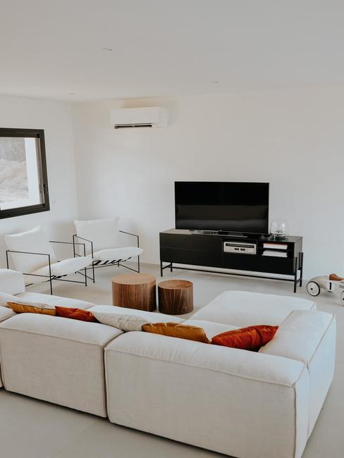 Coin salon blanc avec canape blanc, meuble tv noir