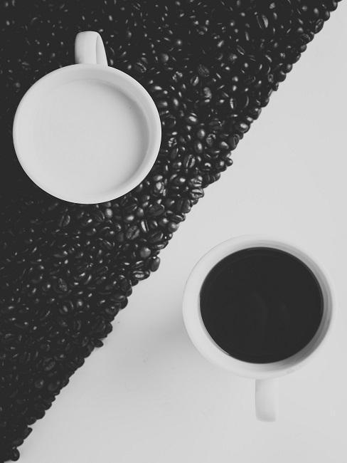deux tasses blanches avec cafe formant le yin et le yang