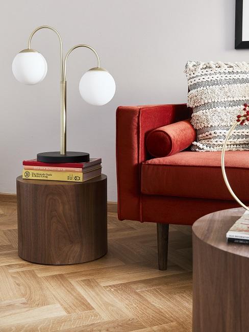 salon feng shui, canape rouge, sol en bois, table basse et table dappoint en bois naturel, lampe à poser minimaliste