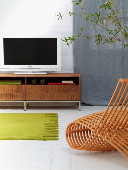 commode en bois , tv blanche, tapis vert, fauteuil design orange