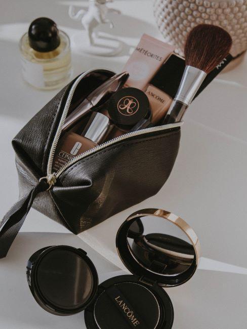 trousse de maquillage noire remplie d'accessoires et de produits
