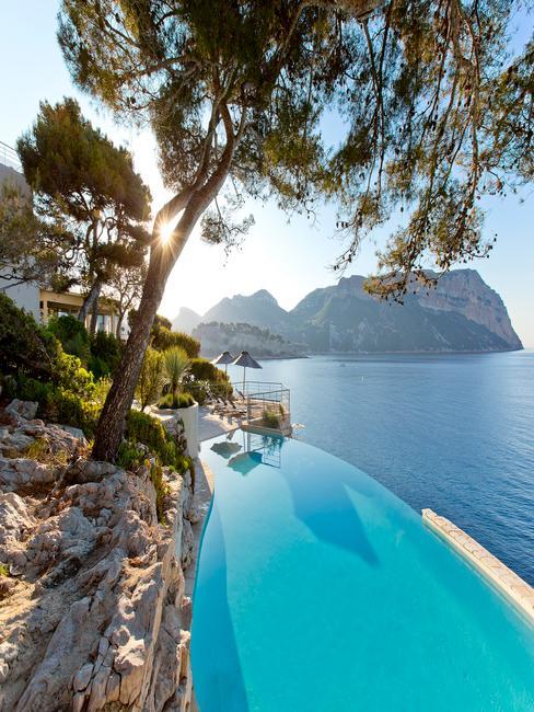 piscine à debordement avec vue sur la mer