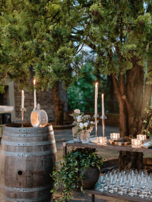 Décoration de mariage extérieur avec bougies sur tonneaux