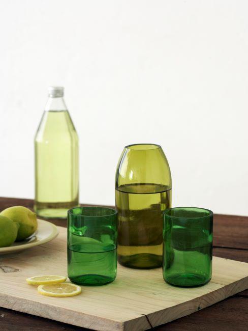 deux verres a eau et carafe en verre teinte vert