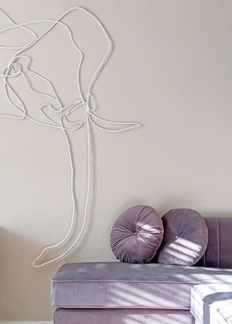 Canapé et coussins en velours lilas