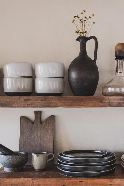 cuisine style boho avec étagères en bois