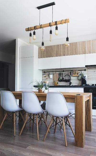 Cuisine style boho avec grande table en bois