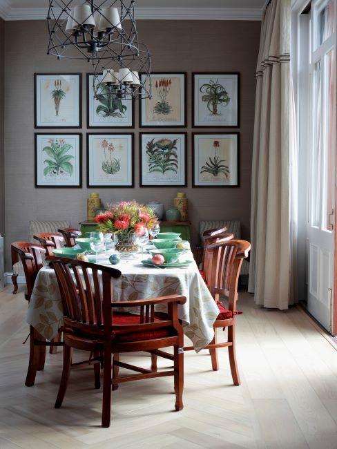 table de noel, cadres sur le mur, chaises en bois, repas de noel