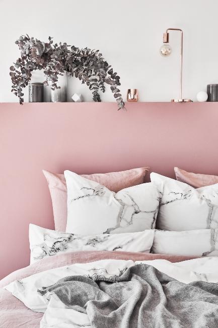 Chambre avec lit et drap effet marbre