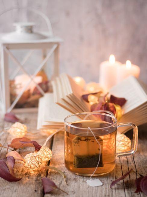 lanterne déco, verre de thé, livre, bougie, ambiance cocooning