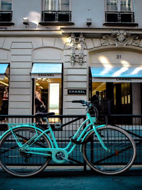Chanel, vélo, Paris instagrammable, voyages, selfie,