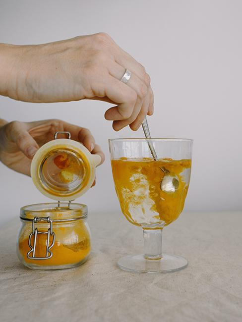 Curcuma dilué dans un verre d'eau