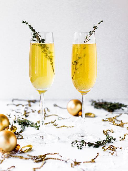 coupes de champagne sur table décorée pour le reveillon