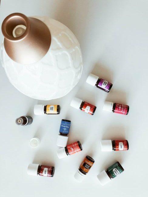diffuseur blanc avec diverses huiles essentielles