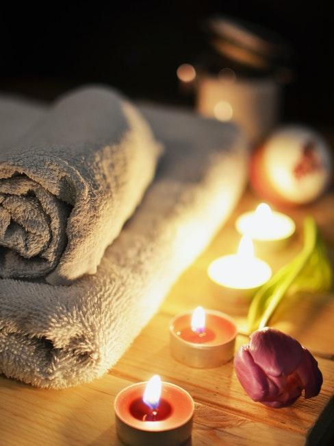 bougies, serviettes de bain, ambiance spa