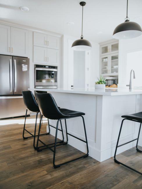 cuisine blanche et noire, chaises hautes de comptoir, chaises noires, lampe suspendue