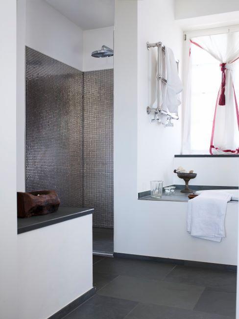 salle de bain avec douche, carrelage métallisé, décor noir et blanc