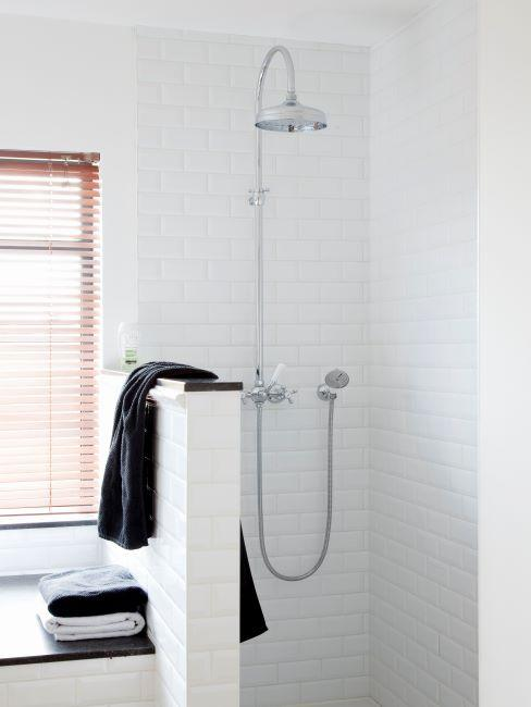 douche séparée à côté d'une fenêtre, minimaliste, carrelage blanc, serviette noire