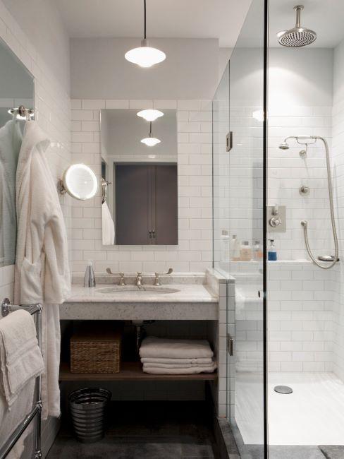 salle de bains avec meuble de rangement de serviettes, miroir grossissant