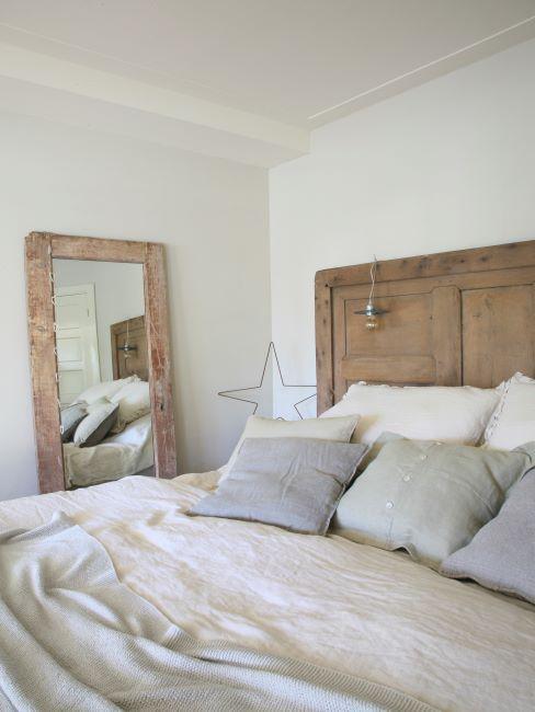 chambre à coucher rustique, style maison de campagne, champêtre, tête de lit et miroir en bois, linge blanc et couleurs pastel