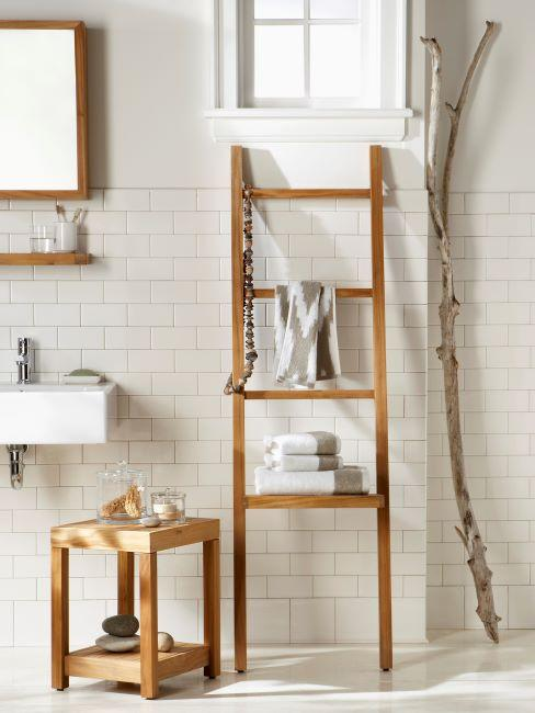 salle de bains avec carrelage crème et tabouret et échelle de rangement en bois
