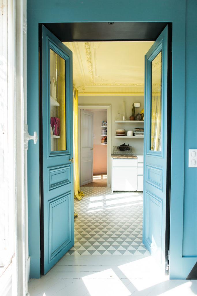 Double porte bleue vers pièce