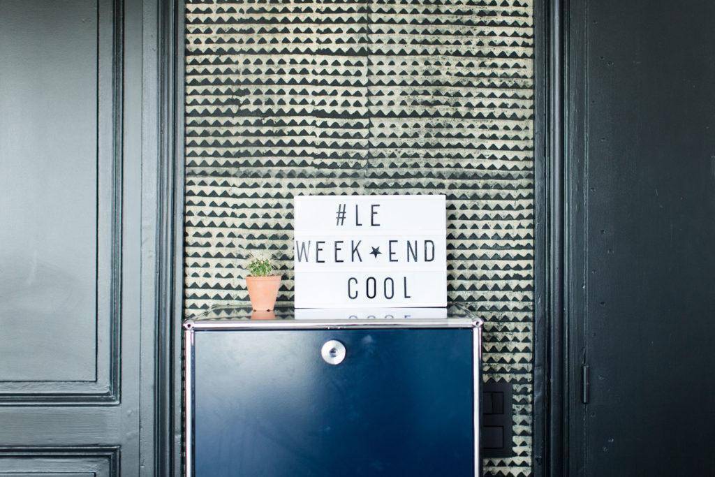 Boîte lumineuse avec écrit le ween-end cool sur commode bleue