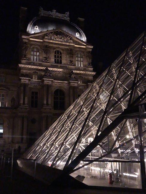 pyramide du louvre nuit