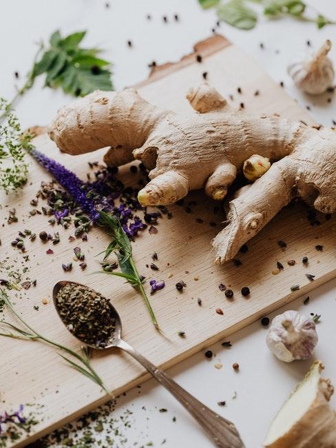 Racine de gingembre et autres épices sur planche à découper en bois